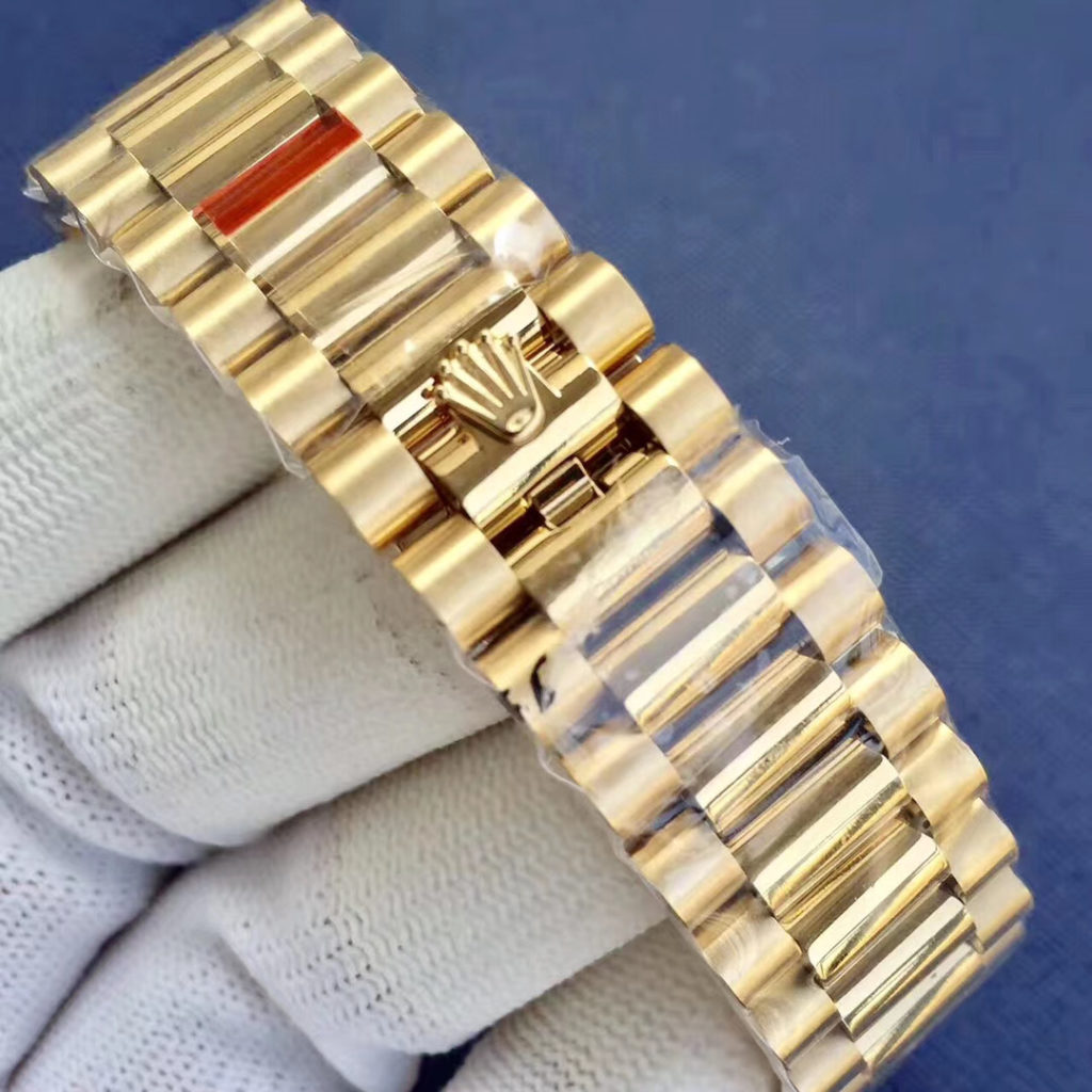 Rolex Oyster Perpetual Day-Date 40 in 18 ct yellow gold with a black