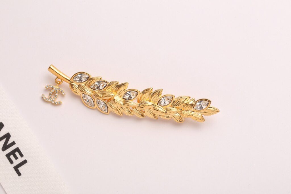 CHANEL Brooch | Metal & Strass Gold & Crystal AB4491 B03619 N8053