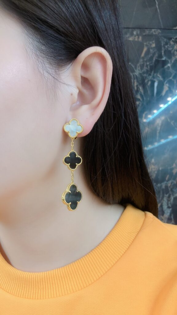 Van Cleef Magic Alhambra earrings, 3 motifs. Yellow gold, Mother-of-pearl, Onyx