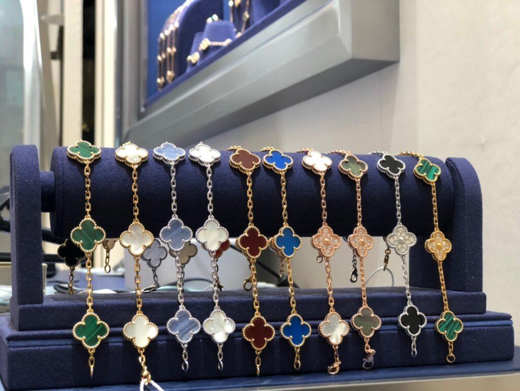 Van Cleef Vintage Alhambra bracelet in Chalcedony,Carnelian,Onyx,Agate,white & gray Mother-of-Pearl